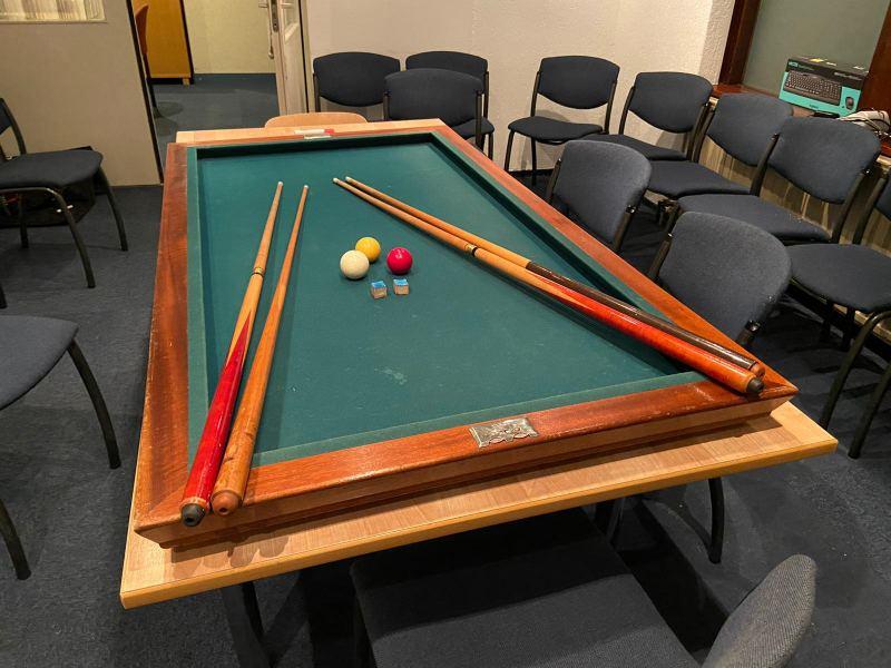 Gebruikte biljarttafel met ballen en keu's